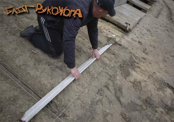 выравниваем цементно-песчаную смесь под укладку тротуарной плитки